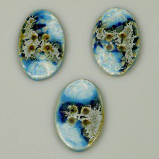Guzik ceramiczny owalny niebiesko-błękitny, ozdoba swetra