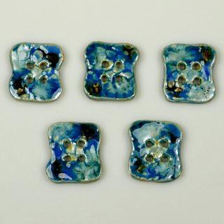 Guzik ceramiczny nieregularny niebiesko-granatowy, każdą kreację uczyni niepowtarzalną i wyjątkową.