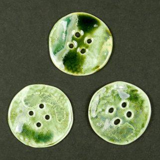Guzik ceramiczny okrągły zielony, podkreśli piękno ubrań.