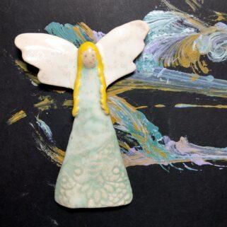 Złotowłosy anioł ceramiczny