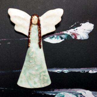 Anioł ceramiczny brązowowłosy