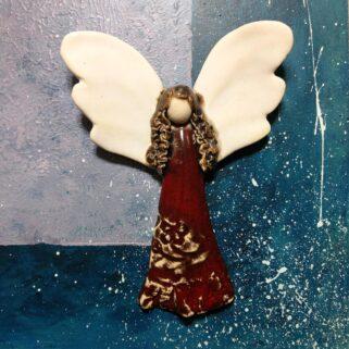 Anioł ceramiczny w czerwonej sukni