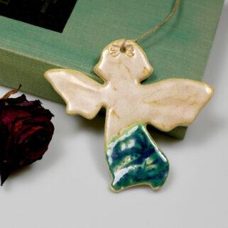 Zawieszka w kształcie aniołka, wykonana z gliny, szkliwiona. Oryginalny prezent na wiele okazji, doskonała dekoracja świąteczna, rękodzieło.