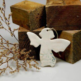 Aniołek gliniany do zawieszenia. niepowtarzalny upominek na chrzest lub oryginalne podziękowanie dla gości, pamiątka wykonana ręcznie.