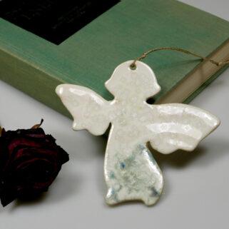 Mały aniołek na ścianę sympatyczny prezent dla ukochanej osoby na różne okazje. Oryginalna dekoracja pokoju dziecięcego, salonu lub okna.