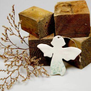 Aniołek ceramiczny upominek dla babci. Ręcznie wykonana, oryginalna dekoracja będzie świadectwem naszych gorących uczuć do obdarowanej osoby.