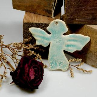 Błękitny anioł ozdoba ceramiczna do zawieszenia na ścianie lub oknie. Może też służyć jako dekoracja świąteczna na stół lub choinkę.