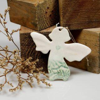 Prezent na Walentynki aniołek ceramiczny. Ręcznie wykonana ozdoba do zawieszenia na ścianie. Sympatyczny upominek dla bliskiej sercu osoby.