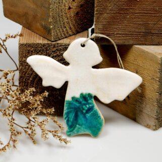 Prezent na Dzień Kobiet aniołek ceramiczny, do zawieszenia na ścianie lub oknie. Ręcznie wykonana, sympatyczna pamiątka dla ukochanej osoby.