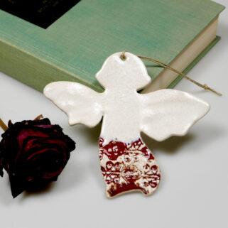 Aniołek gliniany w czerwonej koronce. Ręcznie wykonany i niepowtarzalny upominek na komunię lub oryginalne podziękowanie dla gości.