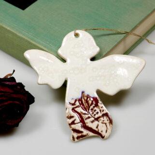 Mały aniołek z gliny do zawieszenia, dodatek do prezentu