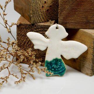 Aniołek biało-turkusowy z gliny, miła pamiątka dla gości