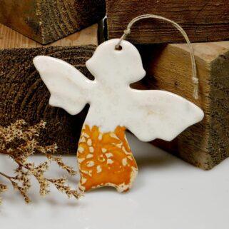 Pomarańczowy aniołek ceramiczny zawieszka