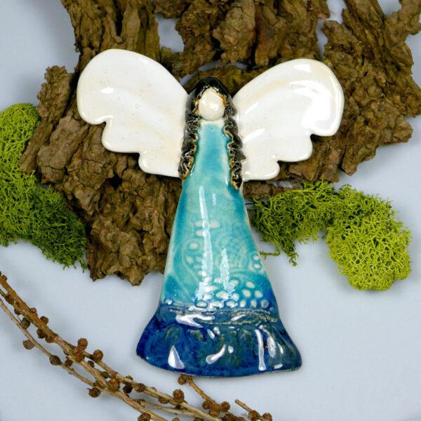 Anioł ceramiczny, zawieszka na ścianę, wykonany ręcznie, szkliwiony na niebiesko