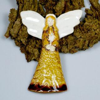 Ceramiczny anioł do zawieszenia na ścianie w sukni w kolorze miodu