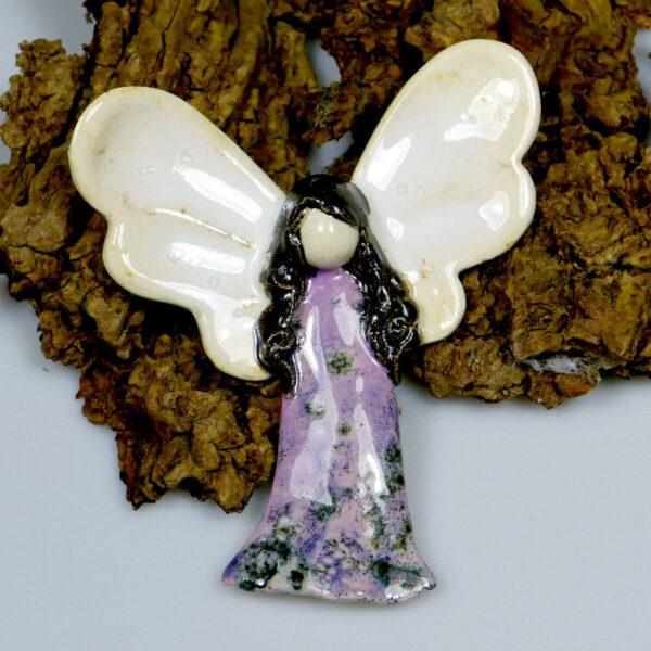 Aniołek ceramiczny Szczęśliwy, zawieszka na ścianę
