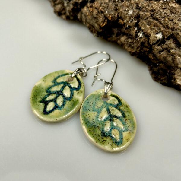 Kolczyki ceramiczne Indiańskie Lato, są ręcznie uformowane z gliny, pokryte błyszczącymi szkliwami i umieszczone na biglach antyalergicznych.