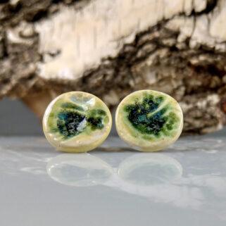 Ceramiczne kolczyki Zielone Łąki, ręcznie zrobione dla kobiety, która chce się wyróżnić, przykuwają uwagę i są niepowtarzalne.