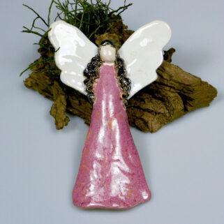 Różowy anioł ceramiczny z białymi skrzydłami, zawieszka