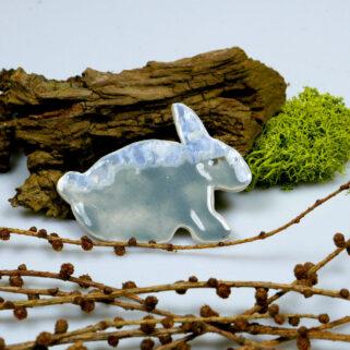 Szary zajączek, ozdoba ceramiczna na święta wielkanocne