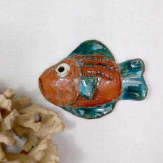 Ryba ceramiczna Ceglasta, niepowtarzalna dekoracja wisząca do pokoju dziecięcego, łazienki, salonu. Uformowana ręcznie z gliny, szkliwiona.