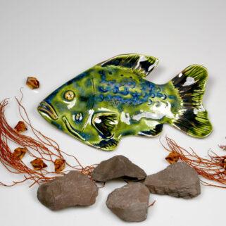 Ceramiczna ryba zielona, uformowana ręcznie z gliny, wypalona, oryginalna dekoracja wisząca do pokoju dziecięcego, łazienki, salonu.