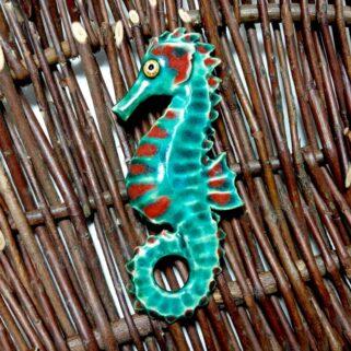Konik Morski ciemnoturkusowy. Ręcznie wykonana z gliny marynistyczna dekoracja do powieszenia na ścianę.