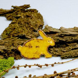 Dekoracja ceramiczna na magnes, zajączek wielkanocny szkliwiony, w kolorze miodowym