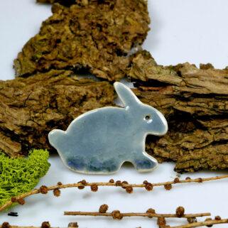 Zajączek wielkanocny z gliny, dekoracja na lodówkę w kolorze szarym