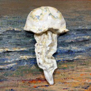 Meduza ceramiczna biała, ręcznie wykonana z gliny dekoracja na ścianę. Pokryta kolorowymi szkliwami i wypalana w wysokich temperaturach.