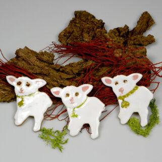 Białe baranki ceramiczne, wiosenna dekoracja, dodatek do wystroju stołu świątecznego, stroika, koszyczka ze święconką lub zawieszka.
