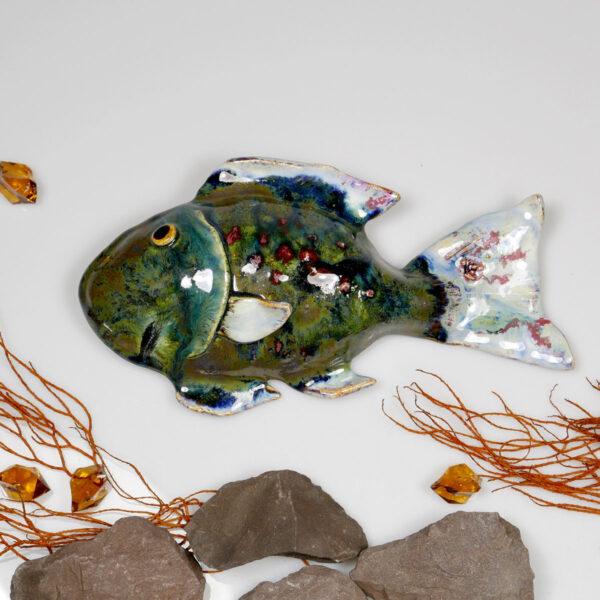 Ryba ceramiczna Pyzata, uformowana ręcznie z gliny, wypalona, oryginalna dekoracja wisząca do pokoju dziecięcego, łazienki, salonu.