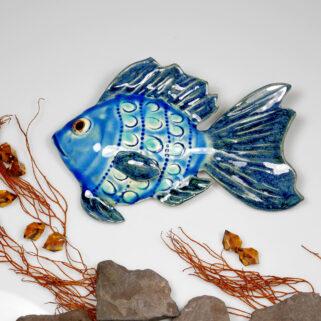 Ceramiczna ryba błękitna, uformowana ręcznie z gliny, wypalona, oryginalna dekoracja wisząca do łazienki, pokoju dziecięcego, salonu.
