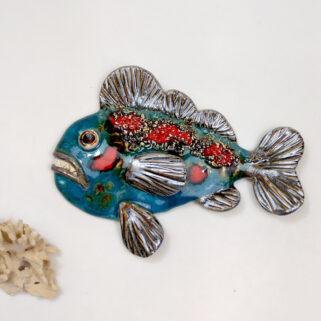 Ryba ceramiczna Zarozumiała, niepowtarzalna dekoracja wisząca do pokoju dziecięcego, łazienki, salonu. Uformowana ręcznie z gliny, szkliwiona.
