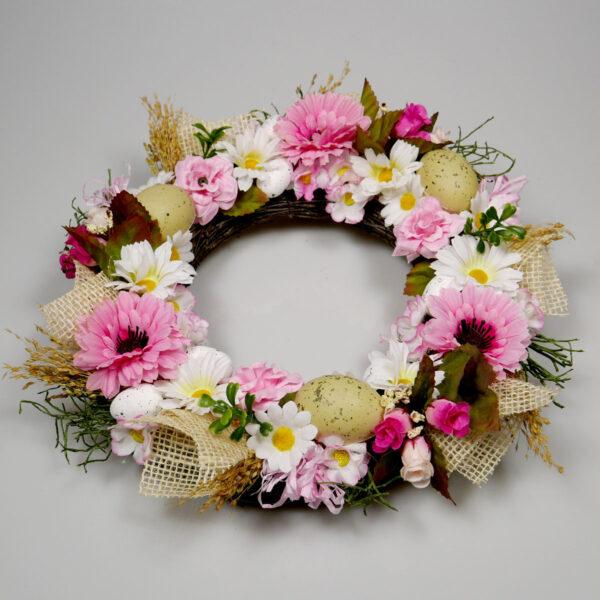 wianek z różowymi kwiatami do dekoracji salonu