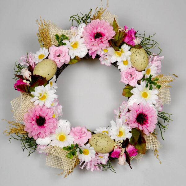 Wianek wielkanocny Optymistyczny, wiosenna dekoracja drzwi wykonany z kwiatów w kolorze różowym białym i beżowym