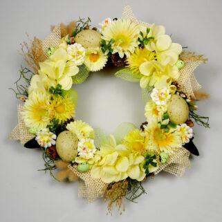 Wianek wielkanocny Pogodny wykonany z żółtych kwiatów i naturalnych dodatków