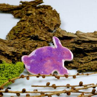 Kolorowy zajączek na lodówkę, wykonany z gliny, szkliwiony na lilaróż, dekoracja wielkanocna
