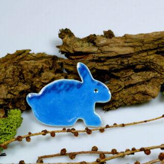 Niebieski zajączek z gliny, świąteczna ozdoba na lodówkę