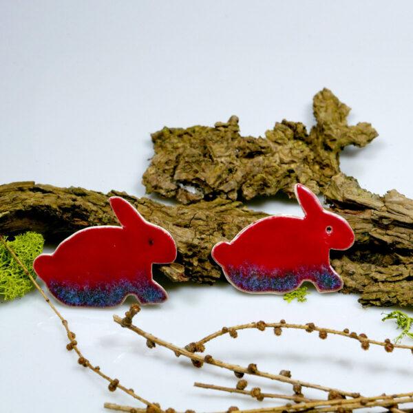 Ozdoba na lodówkę - czerwone zajączki z gliny, szkliwione, zaopatrzone w magnes