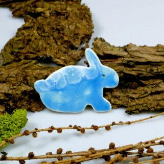 Zajączek ceramiczny na Wielkanoc, szkliwiony na niebiesko, ozdoba lodówki na magnes
