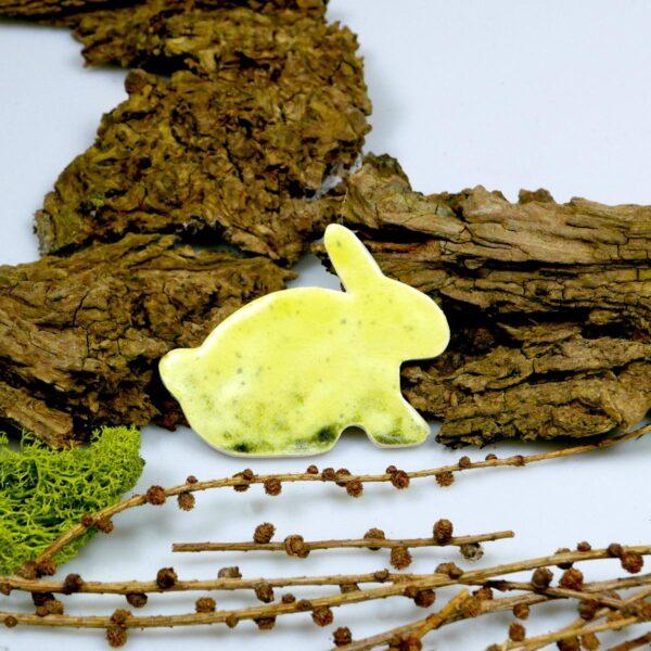 Wiosenny zajączek z gliny szkliwiony na zielono, ozdoba wielkanocna na lodówkę