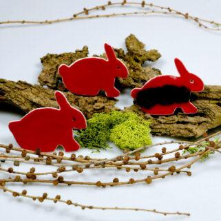 Czerwone zajączki ceramiczne, dekoracja wielkanocna na lodówkę. ozdoba świątecznego stołu