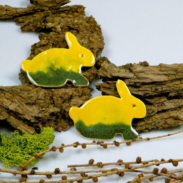 Wesołe zajączki z gliny, dekoracja wielkanocna na magnes, szkliwione na żółto i zielono
