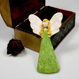 Aniołek ceramiczny w zielonej sukience do zawieszenia na ścianie