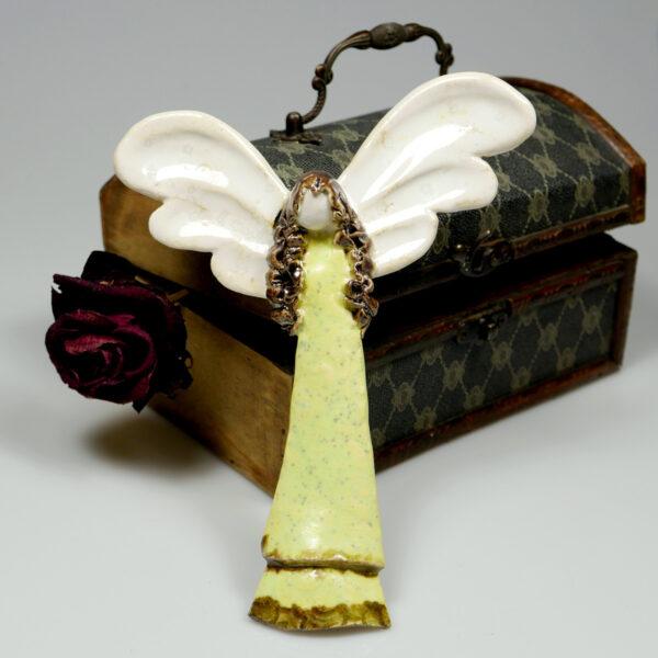 Dekoracja ceramiczna, aniołek w zielonej sukni