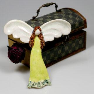 Aniołek ceramiczny żółto-zielony, ręcznie wykonana ozdoba