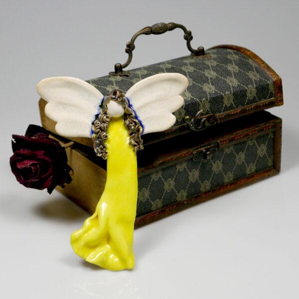 Aniołek ceramiczny w żółtej sukience, zawieszka na ścianę