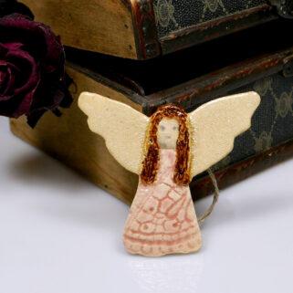 Ceramiczny anioł w różowej sukience, ręcznie wykonana zawieszka na ścianę, wspaniały prezent na urodziny. Dekoracja pokoju dziecięcego.
