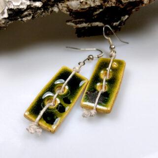 Ceramiczne kolczyki Zielone Guziki, ręcznie zrobione dla kobiety, która chce się wyróżnić, są niepowtarzalne i przykuwają uwagę.